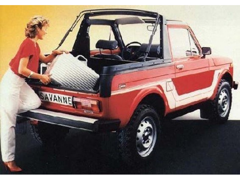 Lada Niva Cabrio Hatso része amibe egy nő pakol be